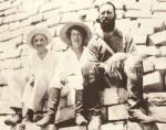 Frederick Albert Mitchell-Hedges con il fido aiutante Ioduru Byzantium e la signora Wilma Spaghetti, che ai tempi gestiva un piccolo ma ospitale albergo nel bel mezzo della giungla del Belize. Pochi sanno che ai tempi della sua permanenza a New York, l'eroico archeologo fu compagno di stanza di Leon Trotsky. Ora, Trotsky fu ucciso a picconate dallo zio di Christian de Sica, e Wikipedia lo conferma. Se anche di fronte a tali indizi qualcuno vuole continuare a negare il potere dei Tredici Teschi del Destino, è liberissimo di farlo ma poi non venga a lamentarsi.